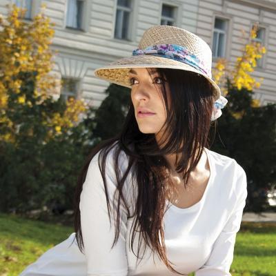 680d20428 Dámsky slamený klobúk zdobený mašľou